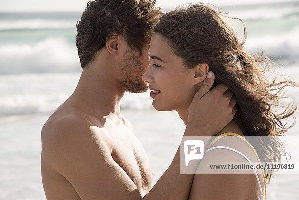 Nahaufnahme eines romantischen Paares am Strand