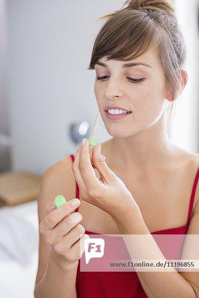 Schöne Frau mit homöopathischer Medizin