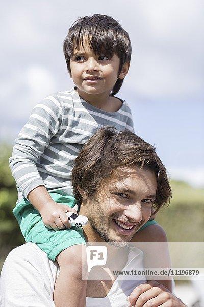 Glücklicher Vater mit Sohn auf den Schultern