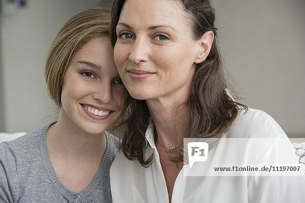 Porträt einer glücklichen Mutter und Tochter