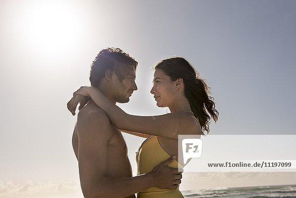 Seitenprofil eines sich umarmenden Paares