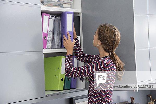 Geschäftsfrau sucht Datei im Büro