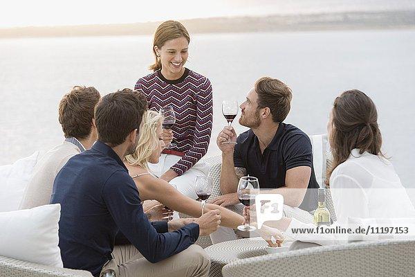Freundeskreis genießt Weine auf einer Outdoor-Party