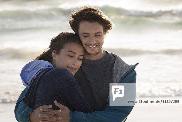 Fröhliches  romantisches junges Paar am Strand