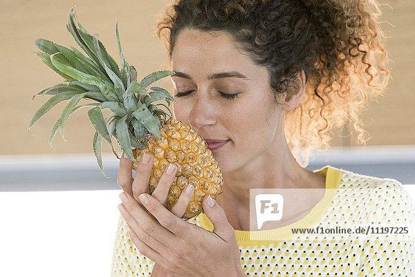 Nahaufnahme einer Frau mit Ananasgeruch