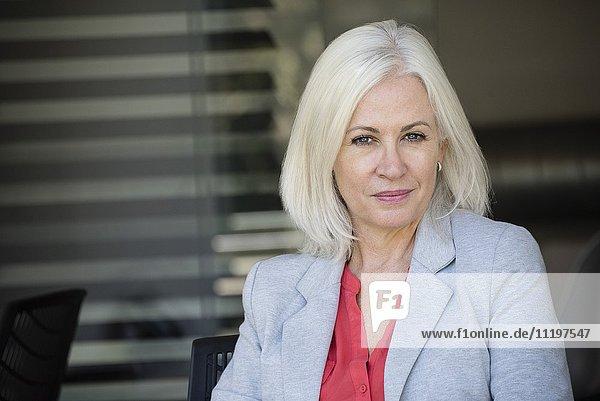 Reife Geschäftsfrau lächelt im Büro