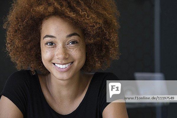 Porträt einer glücklichen jungen Frau