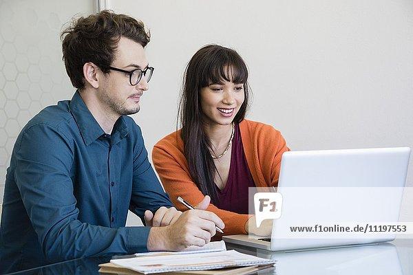 Design-Profis bei der Arbeit am Laptop im Büro