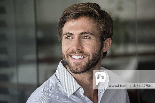 Nahaufnahme eines glücklichen jungen Mannes
