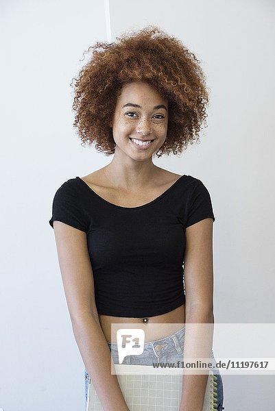 Nahaufnahme einer lächelnden jungen Frau