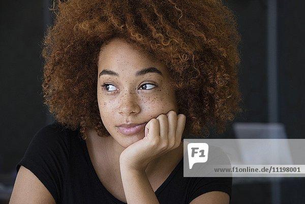 Nahaufnahme einer jungen Frau beim Denken