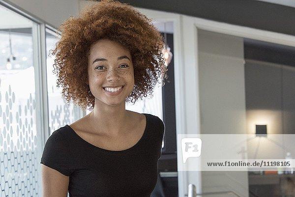 Nahaufnahme einer glücklichen jungen Frau