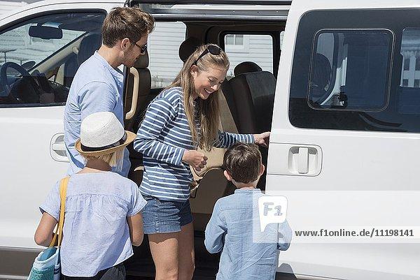 Junge Familie beim Einsteigen in den Urlaub