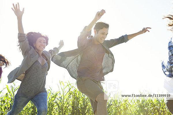 Junge Leute  die vor Überschwang springen