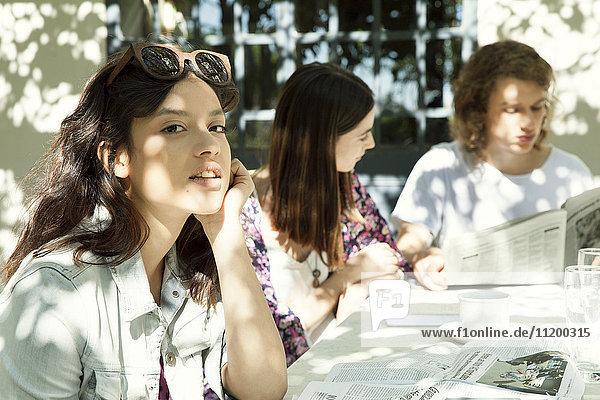 Junge Frau beim Essen mit Freunden im Freien