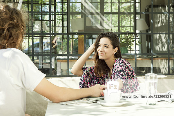 Junges Paar beim Frühstück im Freien