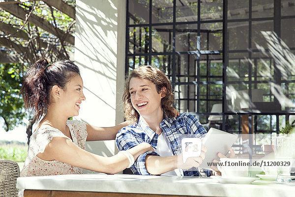 Junges Paar mit digitalem Tablett im Freien
