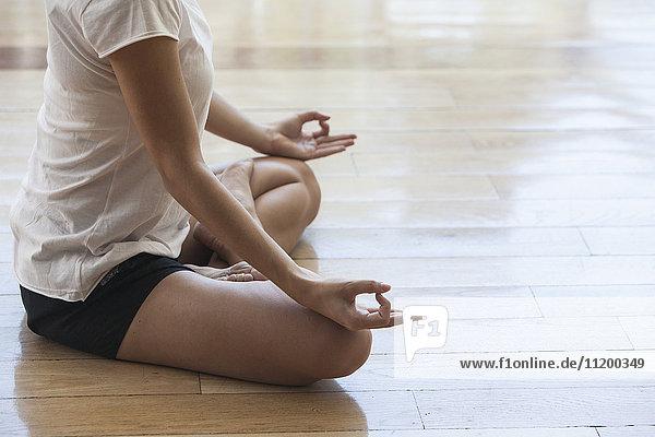 Frau meditiert in Lotusstellung  abgeschnitten
