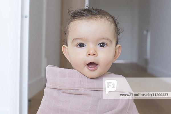 Kleinkind in eine Decke gewickelt  Portrait