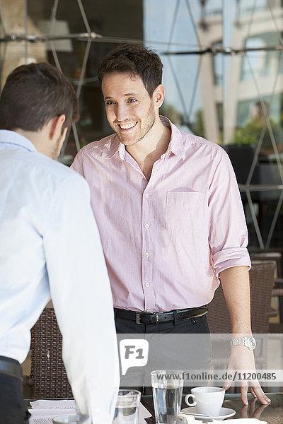 Geschäftspartnertreffen zum Mittagessen