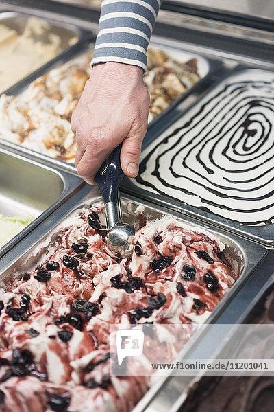 Detail der handgeschöpften Eiscreme aus dem Lagerbehälter