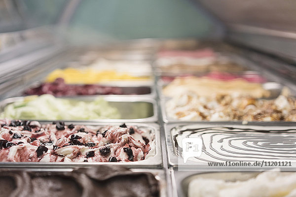 Diverse Eiscremes in Containern im Handel erhältlich
