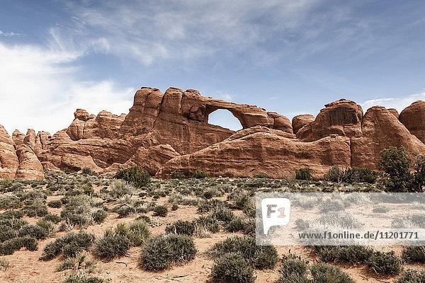 Blick auf Skyline Arch gegen den Himmel  Arches National Park  Moab  Utah  USA