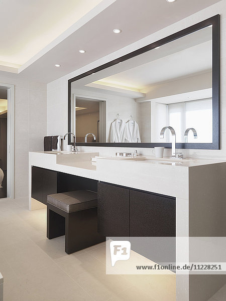 Vanity between sinks in modern bathroom