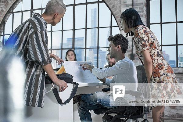 Kollegen in Brainstorming-Sitzung