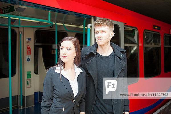 Geschäftsfrau und Geschäftsmann im Zug der Docklands Light Railway  London