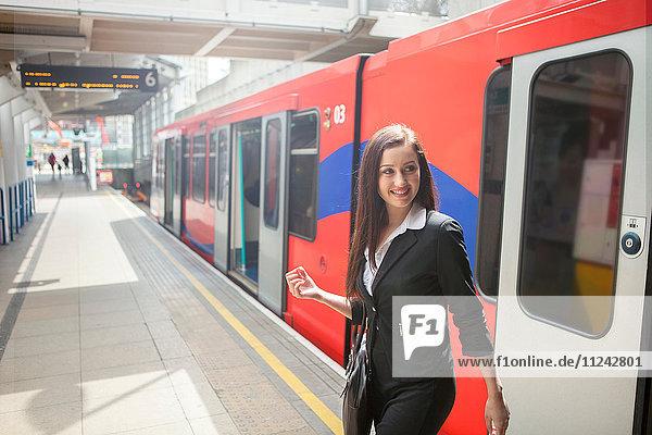 Geschäftsfrau im Zug der Docklands Light Railway  London