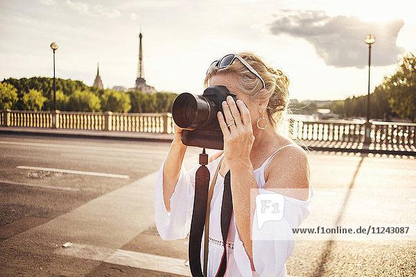 Ältere Frau beim Fotografieren mit der Kamera  Paris  Frankreich