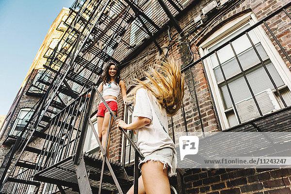 Frauen auf der Feuerleiter des Wohnhauses  Boston  MA  USA