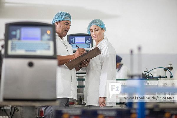 Labortechniker prüfen Ausrüstung im Labor der Verpackungsfabrik