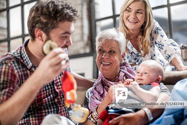 Glückliche Drei-Generationen-Familie zu Hause