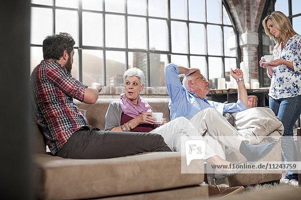 Zwei-Generationen-Familien-Chat zu Hause