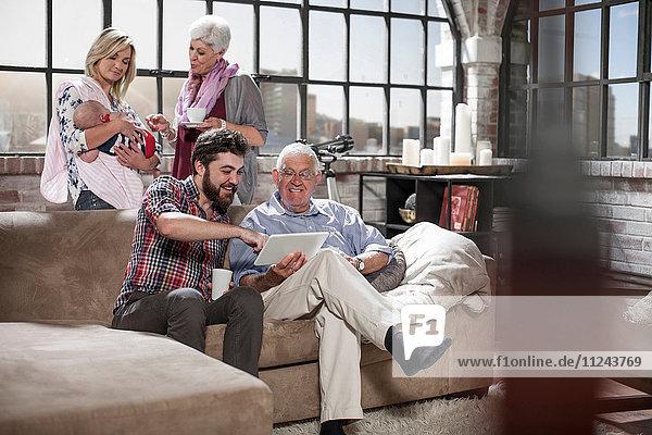 Drei-Generationen-Familien-Chat  mit digitalen Tabletts zu Hause