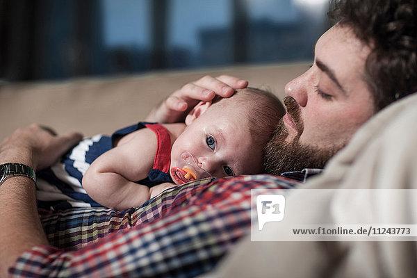 Vater tröstendes kleines Mädchen zu Hause
