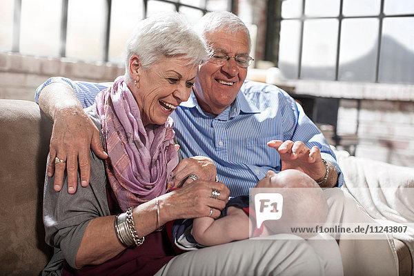 Großeltern beim Spielen mit der Enkelin zu Hause