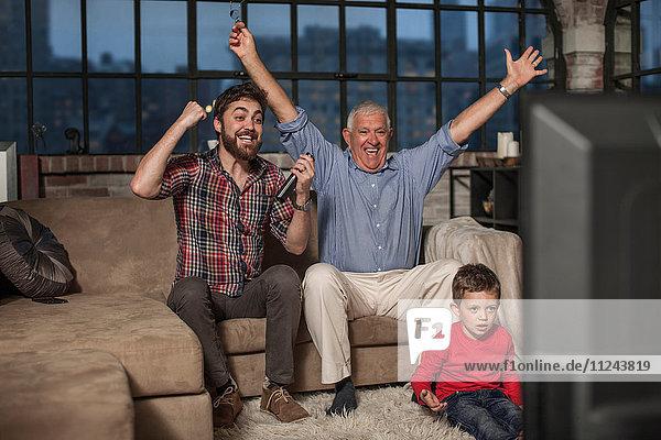 Drei Generationen Familie beim Fernsehen zu Hause