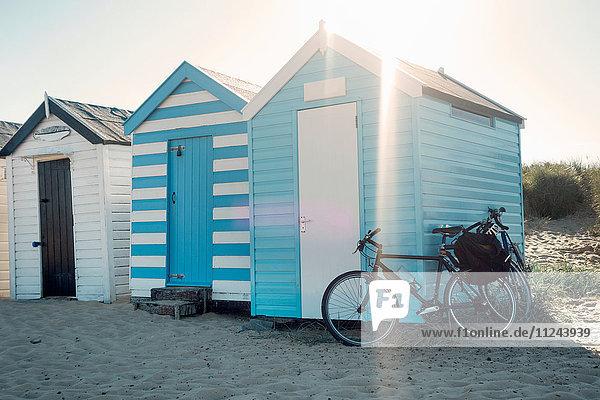 Fahrrad an Strandhüttenreihe gelehnt  Southwold  Suffolk  UK