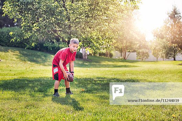 Junge spielt American Football