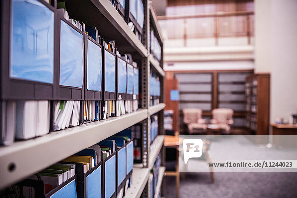 Reihen von Büroregalen mit Akten und Papieren