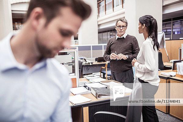Geschäftsmann und -frau diskutieren im Amt