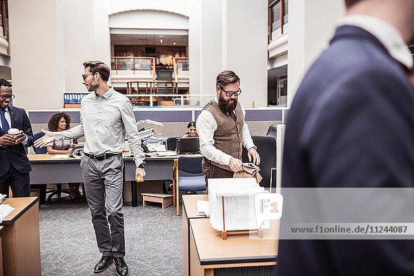 Geschäftsmann schüttelt einem Klienten im Amt die Hand