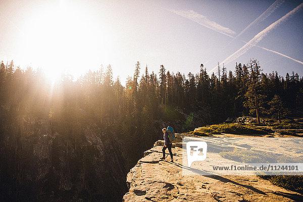 Frau wandert auf dem Gipfel eines Berges  Yosemite National Park  Kalifornien  USA