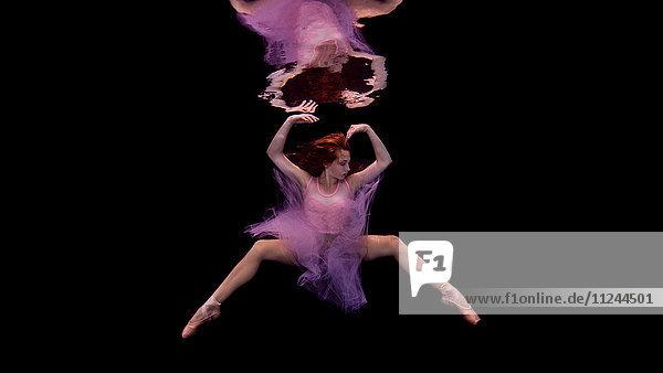 Unterwasseraufnahme eines Mädchens in Tutu- und Ballettschuhen