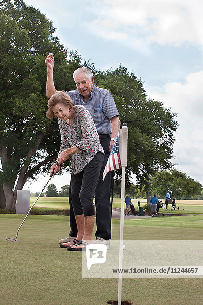 Älteres Golf spielendes Ehepaar