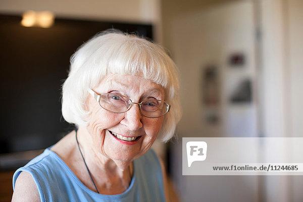 Porträt einer älteren Frau  drinnen  lächelnd