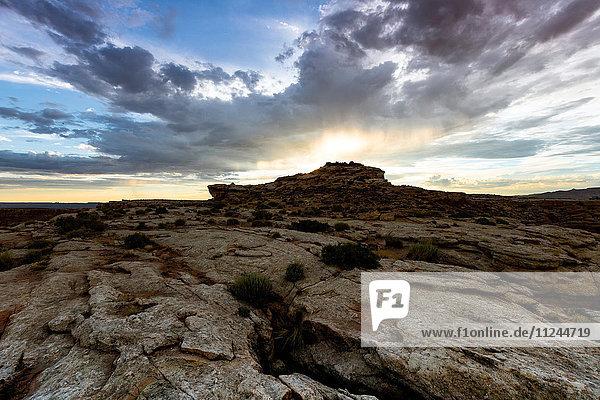 Ansicht eines Sonnenausbruchs über einer Felsformation  Alstrom Point  Utah  USA
